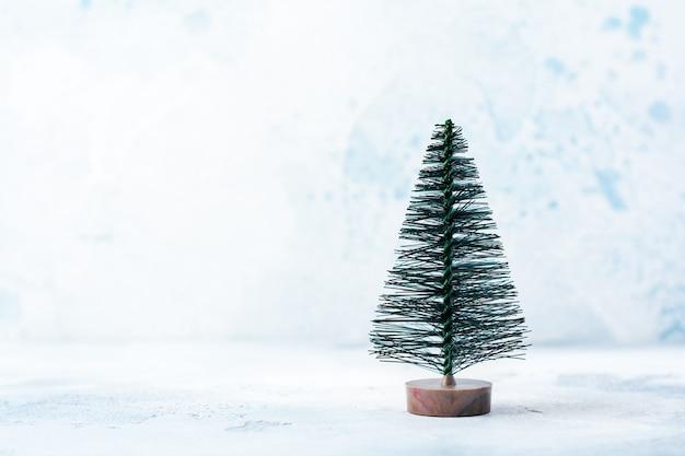 크리스마스, 새 해 장식, 파랑에 눈이 나무. 선택적 초점.