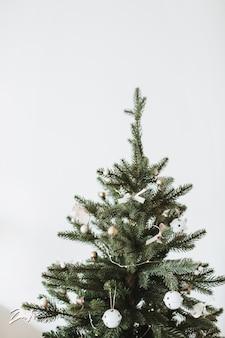 おもちゃ、クリスマスボール、白の弓で飾られたクリスマス、新年のモミの木