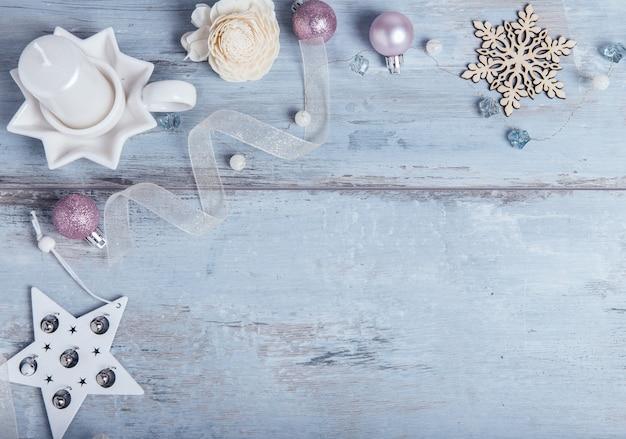 크리스마스, 새 해 프레임 구성입니다. 텍스트를 위한 빈 복사 공간이 있는 푸른 나무 배경에 파란색 크리스마스 장식이 있습니다. 휴일 및 축하 개념, 엽서 또는 초대장. 평면도. 평지