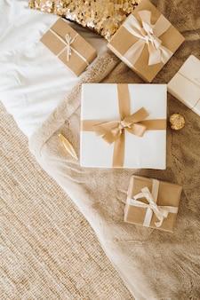Рождественские новогодние подарочные коробки с бантами.
