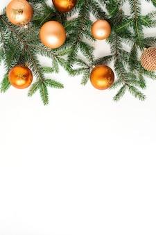 クリスマス年末年始の構成。白のクリスマスつまらないボールとモミの枝