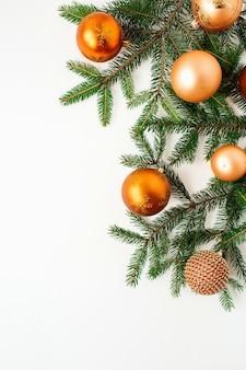 クリスマス年末年始の構成。白のカラフルなクリスマスつまらないボールとモミの枝