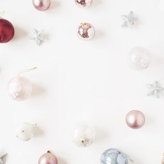 クリスマス年末年始の構成。白のニュートラルなクリスマスつまらないボールと星のフレーム