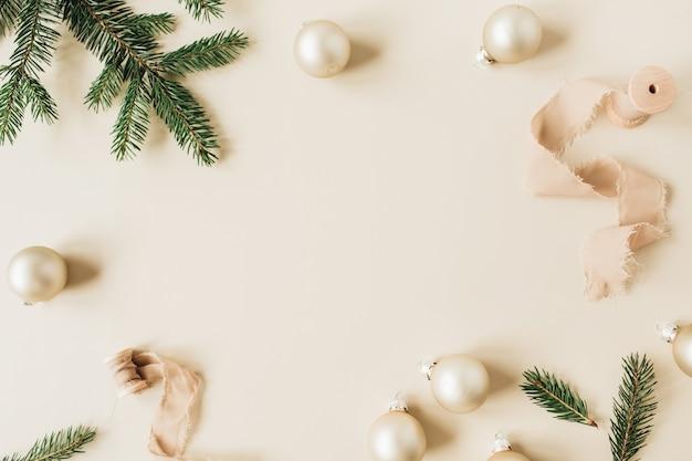 モミの針の枝、リボン、ベージュのクリスマスつまらないもので作られたクリスマス年末年始の構成