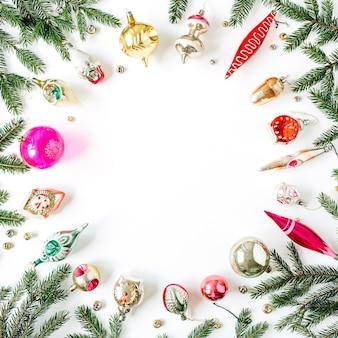 クリスマス年末年始の構成。空白のコピースペース、モミの針の枝、クリスマスつまらないもの、おもちゃ、白の装飾でフレームをモックアップ