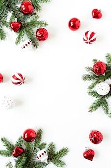 クリスマス年末年始の構成。空白のコピースペースでフレームをモックアップします。モミの針の枝