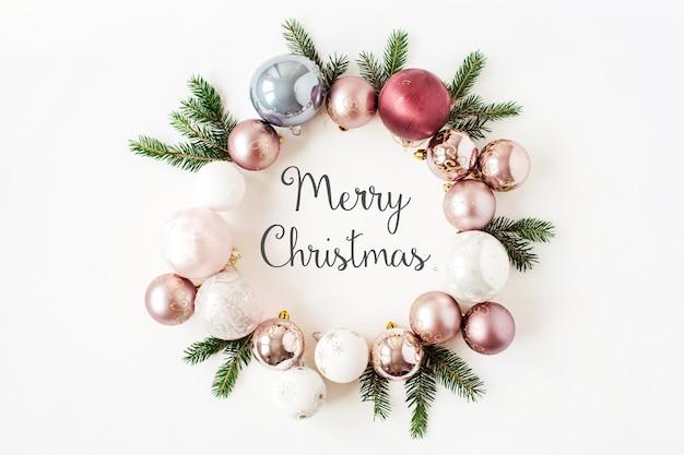크리스마스 새 해 휴일 구성. 화이트 크리스마스 싸구려, 공 및 전나무 분기와 프레임 화환에