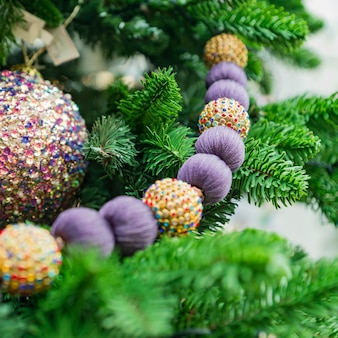 Christmas and new year holidays background. christmas tree decorated with baubles and garlands. glittering and sparkling. celebration concept