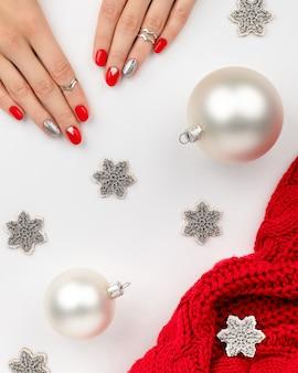 クリスマスの新年のネイルデザイン。マニキュア、ペディキュアビューティーサロンのコンセプト。