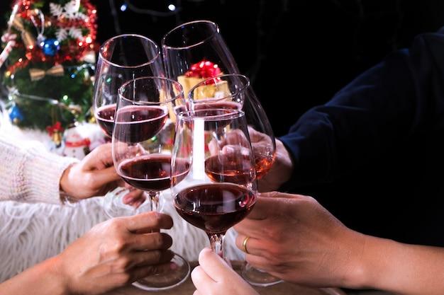 シャンパンと木で祝うクリスマスの新年パーティー