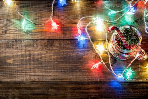 クリスマス、新年のコンセプト。クリスマスの飾り、モミの実、人工雪、キャンディケイン、モミの枝が付いたメイソンジャー。