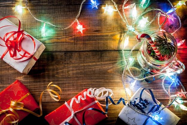 クリスマス、新年のコンセプト。装飾、モミの実、人工雪、キャンディケイン、モミの枝が付いたメイソンジャー。