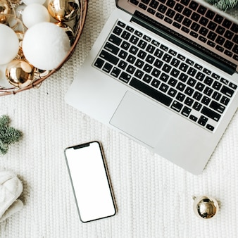 크리스마스 새 해 크리스마스 구성 평면 누워 상위 뷰 복사 공간을 모의 흰색 담요에 누워 핸드폰 노트북 크리스마스 트리 분기 흰색 축제 바구니 장식
