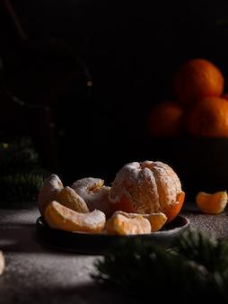 접시 솔방울에 감귤과 함께 크리스마스 새해 구성