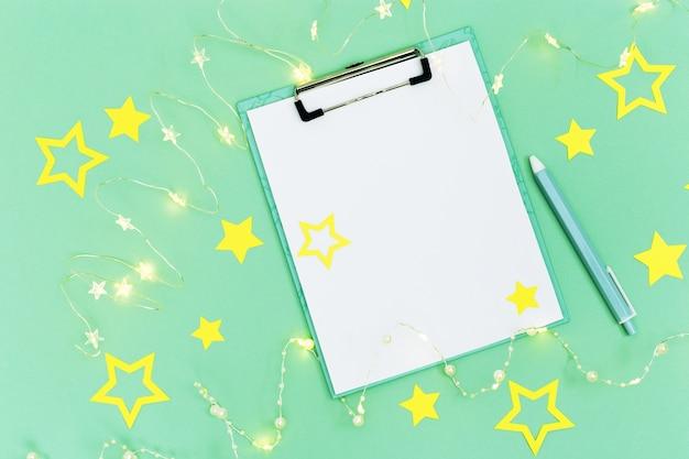미래의 목표 목록을 만들기위한 크리스마스 노트와 펜