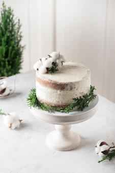 Рождественский ню торт с белым кремом и рождественскими украшениями, выборочный фокус изображения