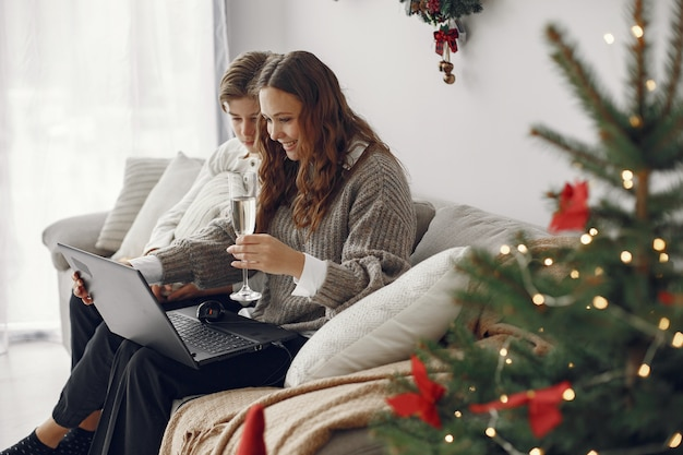 オンラインのクリスマス。封鎖コロナウイルス検疫でのお祝いのクリスマス新年。オンラインでパーティー。息子と母。