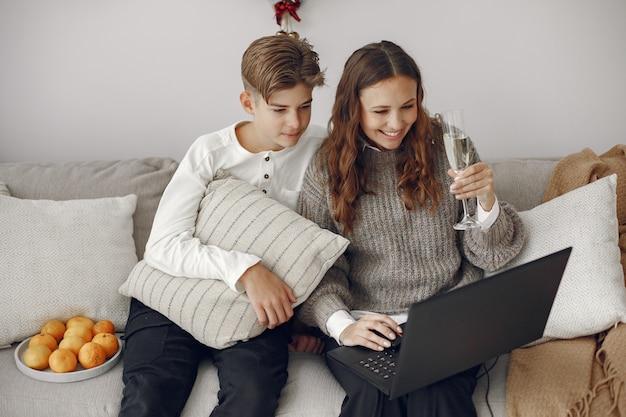 Рождество онлайн. празднование рождества нового года в карантине из-за коронавируса. вечеринка онлайн. мать с сыном.