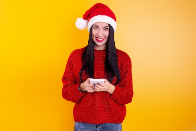 크리스마스 온라인 축하합니다. 화상 통화 친구와 부모를 위해 모바일 태블릿을 사용하는 산타 모자에있는 여자.