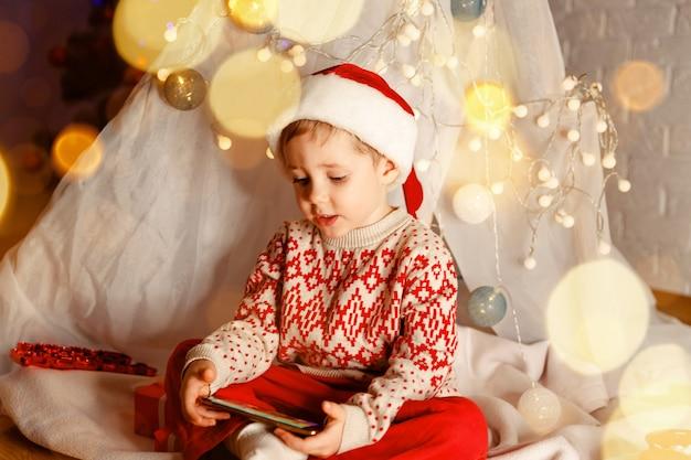 クリスマスオンライン家族おめでとうヨーロッパの少年の笑顔