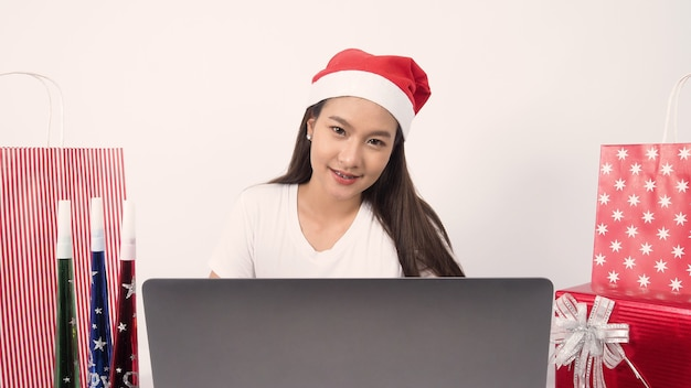 Рождественский онлайн-праздник с азиатской девушкой-подростком вечеринка рождество и новый год в изоляции карантин коронавируса covid новая нормальная социальная дистанция удаленное общение оставаться дома призвание