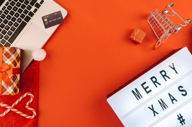 Рождественские покупки в интернете на ноутбуке с помощью кредитной карты.