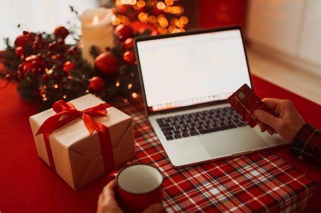 Рождественские покупки в интернете с ноутбуком