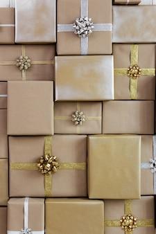 Рождество или день рождения фон - плоские коричневые подарочные коробки с лентами и бантами