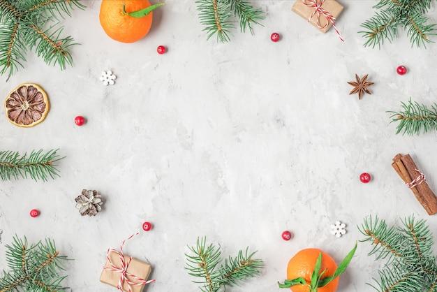 전나무 나뭇 가지, 음식 장식 및 선물 상자로 만든 크리스마스 또는 새해 복 많이 받으세요 구성