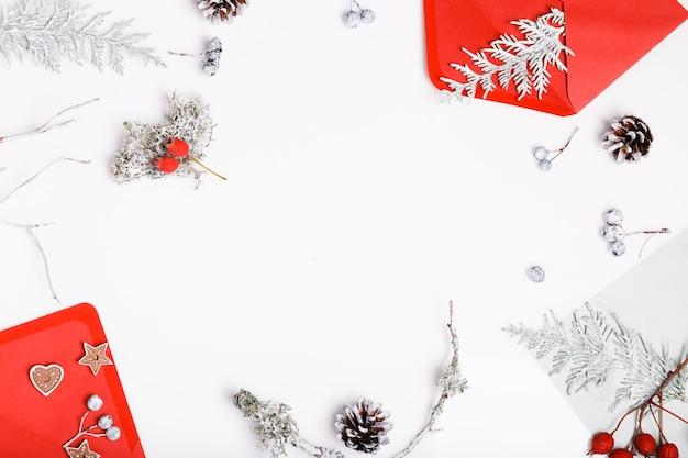 Рождественский или новый год состав. подарки, ветви дерева chtistmas, красные украшения на белой деревянной предпосылке. рождество, зима, новогодняя концепция. плоская планировка, вид сверху, копия пространства