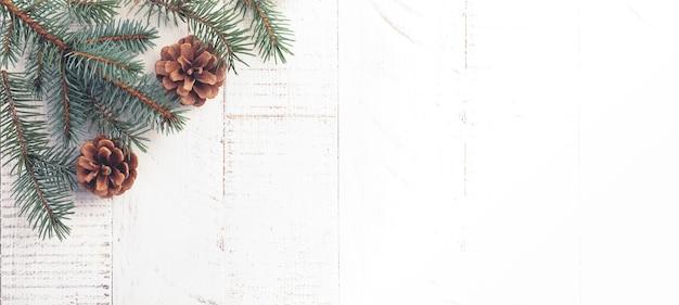 크리스마스 또는 새 해 배경입니다. 전나무 나무 가지, 크리스마스 트리 장난감, 별, 눈송이 및 흰색 나무 배경에 콘. 선택적 초점입니다. 평면도. 복사 공간