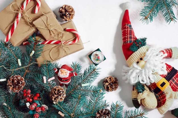 Рождество или новогодний фон: елка, ветви, подарки, украшения на белом фоне. место для вашего текста, пожеланий, логотипа. макет. вид сверху. скопируйте пространство. натюрморт. плоская планировка