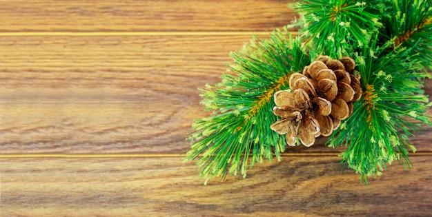 Рождество или новый год фон ёлочные ветки цветные стеклянные шары и игрушки подарки украшение на ...