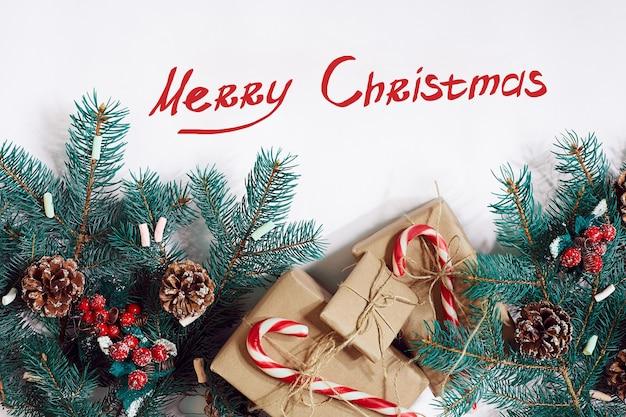 Рождество или новый год фон furtree ветви подарки украшение на белом фоне