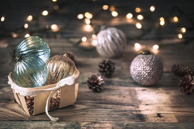 Рождество или новогодний фон, старинные игрушки на елке
