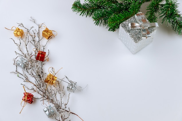 고정 된 분기와 크리스마스 또는 새 해 배경. 공간을 복사하십시오.