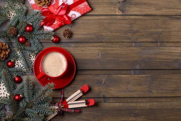 クリスマスまたは年賀状コーヒーとモミの木の赤いギフトボックス