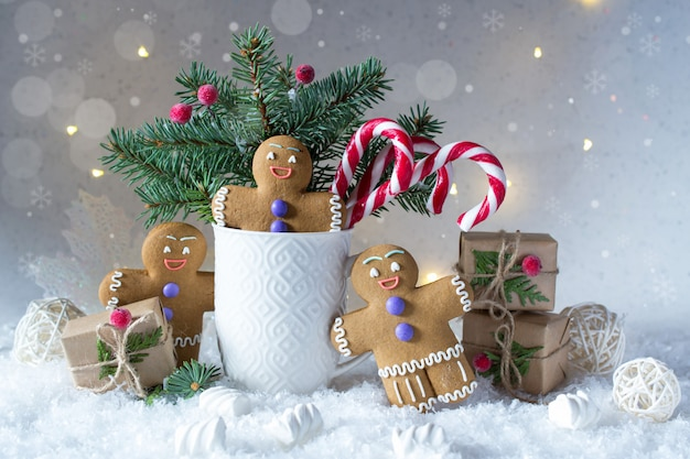 크리스마스 또는 새해 카드. 전나무 나무, 사탕 지팡이와 생강 쿠키 컵.