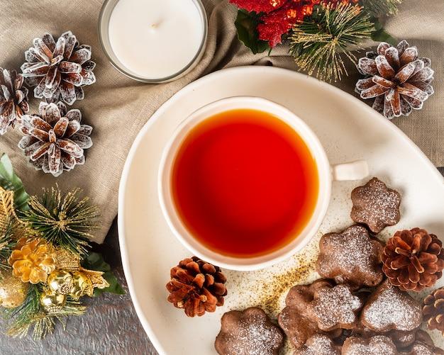 クリスマスまたは新年カード。冬の休日の構成、トップビュー