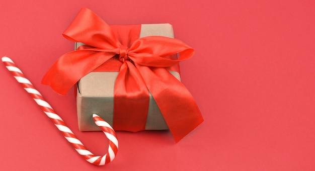 빨간색 배경에 크리스마스 또는 새 해 구성. 목업. 인사말 카드, 평면 누워. 공간을 복사하십시오.