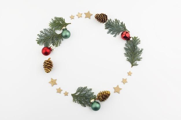 크리스마스 또는 새해 구성. 텍스트 복사 공간 흰색 배경에 크리스마스 장식의 라운드 프레임에 의하여 이루어져있다. 평평한 평신도.