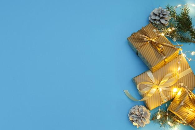 황금 크리스마스 장식 선물 및 조명 크리스마스 또는 새 해 구성