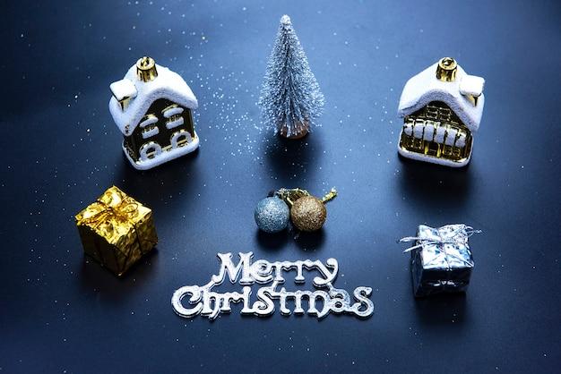 Рождество или новый год темный фон, рождественская классная доска в обрамлении сезонных украшений
