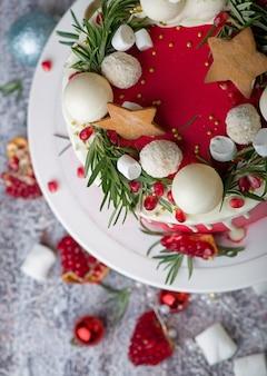 Рождественский или новогодний торт с глазурью из сливочного сыра и клюквой, выборочный фокус