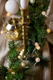 리넨 식탁보에 축제 테이블 크리스마스 화환의 크리스마스 또는 새해 장식