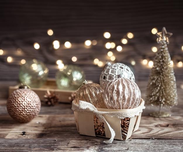 Рождественский или новогодний праздничный фон, старинные игрушки на елке на деревянном фоне с гирляндой с огнями