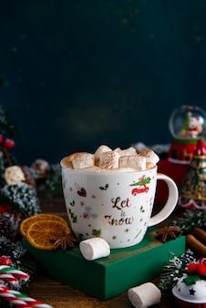 モミの枝、お菓子、雪玉とコーヒーカップとクリスマスや新年のお祝いカード。