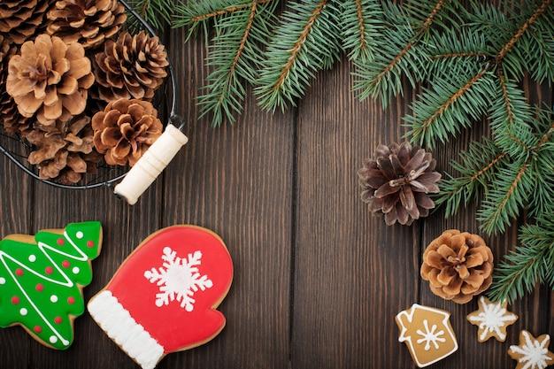 クリスマスまたは新年。モミの木の枝、クリスマスツリーのおもちゃ、星、スノーフレーク、ダークブラウンの木のコーン。