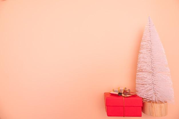 Рождественская или новогодняя рамка композиция рождественские золотые украшения на розовом