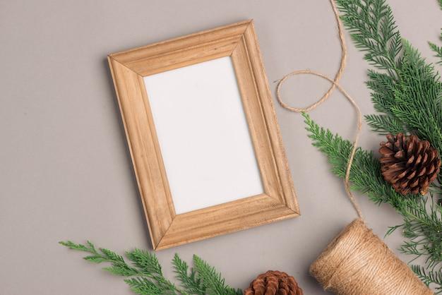 クラフト紙とテキスト用の空白のフォトフレームで包まれたクリスマスまたは新年のギフトボックスコレクション。